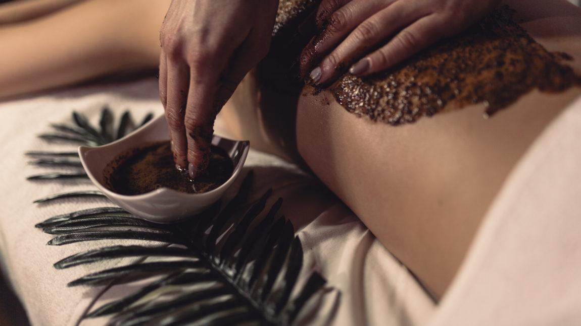 Masaż ciepłą naturalną gorzką czekoladą